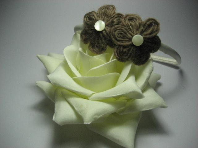 Flor para broches, coleteros o diademas en Lana y adorno de botones de nacar