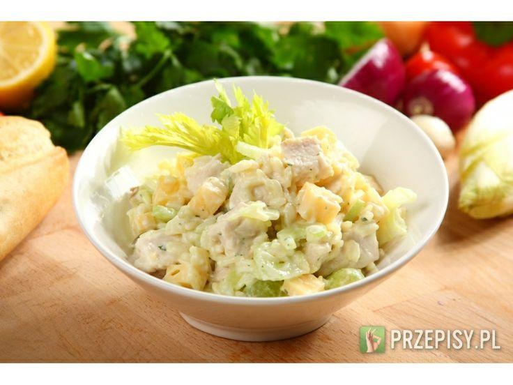 Salatka z kurczakiem i ryzem Pierś z kurczaka ugotuj w lekko osolonej wodzie, schłodź i pokrój w kostkę. Selera naciowego obie...