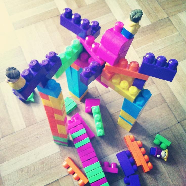 Co se stane když holkám dáte lego..