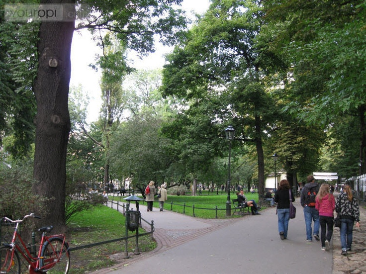 Het botanische Planty Park in Krakau leent zich al sinds de 18e eeuw voor een wandeling tussen de oude bomen, verschillende soorten tuintjes, leuke kiosken en straatkunstenaars.