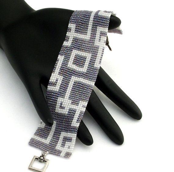 Esta pulsera dispone de plazas vacías de perlas perlas delica blanca sobre un fondo de arco iris de amatista. Esta pulsera es rematada con un cierre del estaño plateado antiguo.  Observado estas pulseras. Cada grano en esta pieza se cose en forma individual para un producto terminado que se comporta como un trozo de tela y es cómodo de usar.  • Ancho - 33mm o 1,3 • Longitud incluyendo cierre - 173mm o 6,9 • Cierre - antiguo plateado estaño Plaza y cierre de barra • Técnica - puntada cuadrada…