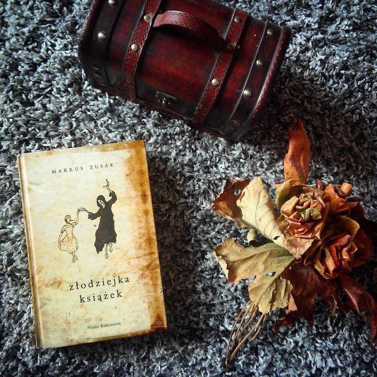 @loove_for_books nominowała mnie do #bookandflowers a @naturalnie_zaksiazkowana zapytała #whatimcurrentlyreading za nominację do obu tagów dziękuję oraz oznaczonych nominuję do tych samych tagów! Powodzenia!  #book #books #instabook #bookstagram #bookshelf #zlodziejkaksiazek #markuszusak #flowers #flower #ksiazka #ilovebooks #blogger #ksiazki #thebookthief #photo #potd