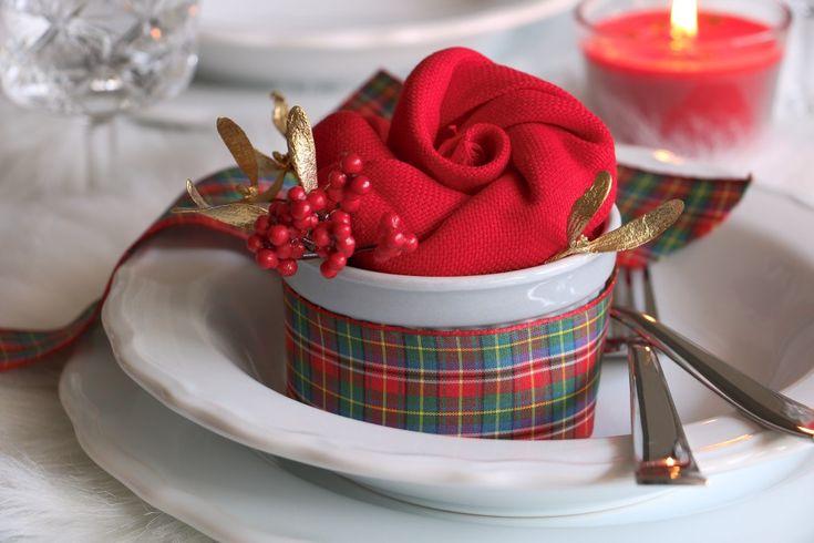 Plánujete, jak bude vypadat váš vánoční stůl? Vyzkoušejte náš návod na skládání ubrousků na stůl do tvaru růže.