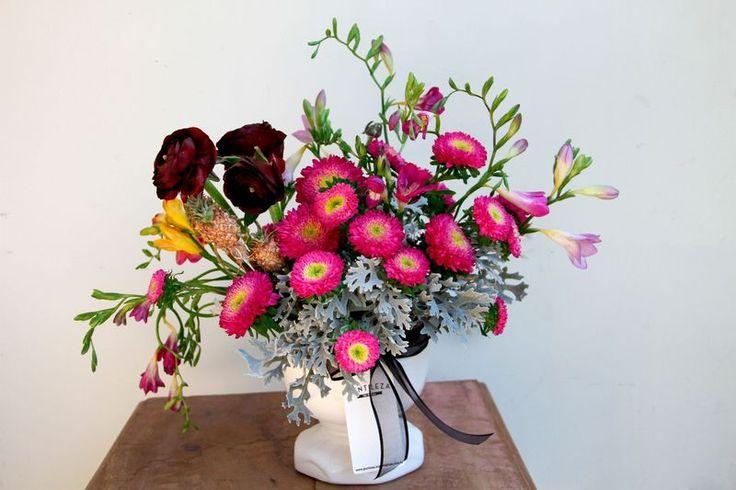 """Assinatura de flores Mensal Gentileza Loja de Flores """"Gentileza Flores"""" - GENTILEZA Anêmona, Cravo, Afelandra, Áster e Jasmim #bloemen #flores #flowers #flowerarrangement #flowerdesign #floralart #blumen #blomma #florist #assinaturadeflores #gentilezalojadeflores #gentilezacontinua #gentilezaflores"""