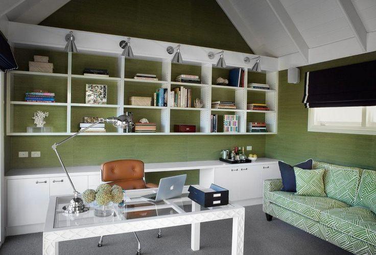 bureau maison avec canapé et mur verts, appliques et lampe à bras articulé