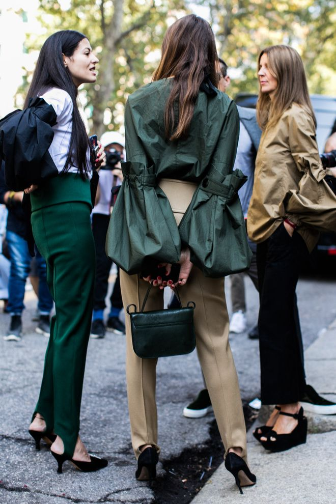 Street style à la Fashion Week printemps-été 2017 de Milan  How do they know how to all wear the same toned colours? Must be magic - like how birds know to fly together in formation.