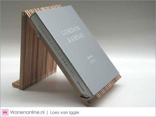 Dit is de Loes! Afkorting voor Latjes Op Een Stokje. De Loes is te gebruiken als boekenstandaard, tijdschriftenbak, standaard voor kookboeken of gastenboek, tablethouder, onderzetter of schaal.
