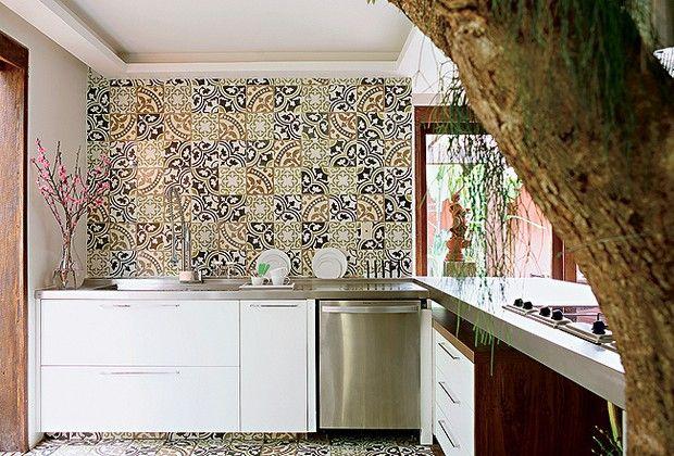 A parede e o piso da área de trabalho (13m²) são revestidos de ladrilhos hidráulicos, da Dalle Piagge. A bancada de inox, da Mekal, vem com escorredor de louça. Vaso da Uemura Flores e Plantas (Foto: Codo Meletti e Marcelo Magnani )