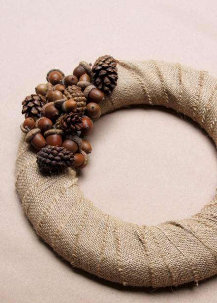 Acorn and Pinecone Wreath The fall decorating experts at HGTV share how to capture the beauty of fall with this versatile woodland wreath complete with acorns and pinecones. Acorn Crafts, Pine Cone Crafts, Crafts With Acorns, Primitive Crafts, Primitive Christmas, Country Christmas, Acorn Wreath, Diy Wreath, Wreath Ideas