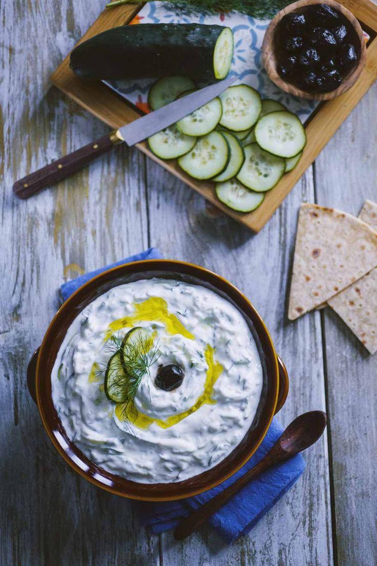 Tzatziki servito freddo, con aneto e olive a guarnire