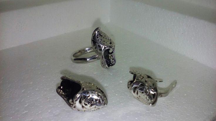Комплект из серебра 925 пробы с эмалью. Цена 5900 руб.