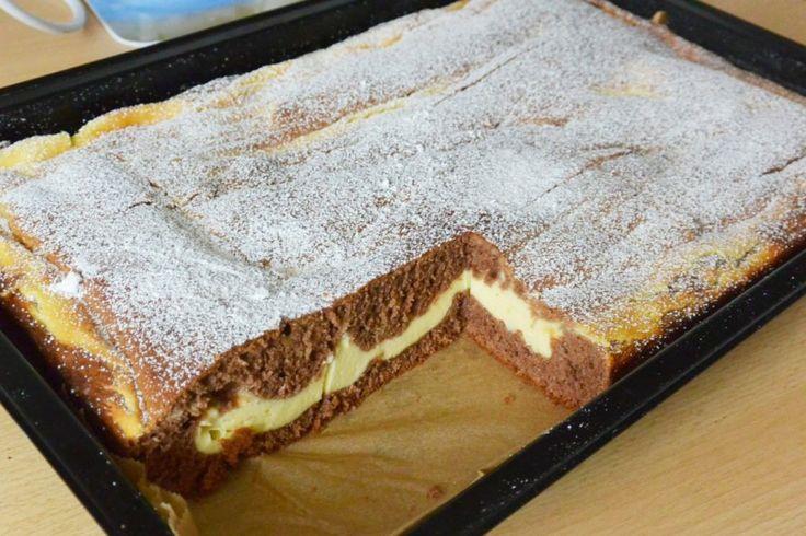 Für den Biskuit-Käse-Kuchen eine rechteckige Form (zirka 20 x 30 Zentimeter) mit Butter einfetten. Das Mehl mit Kakao und Backpulver versieben und 1 Prise Salz zufügen.