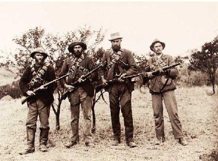 Guerrilleros Bóers  La guerra finalizó en mayo de 1902. había ocasionado la muerte a más de 20.000 soldados británicos, 8.000 combatientes Bóer, casi 30.000 colonos Bóers y unos 20.000 africanos.