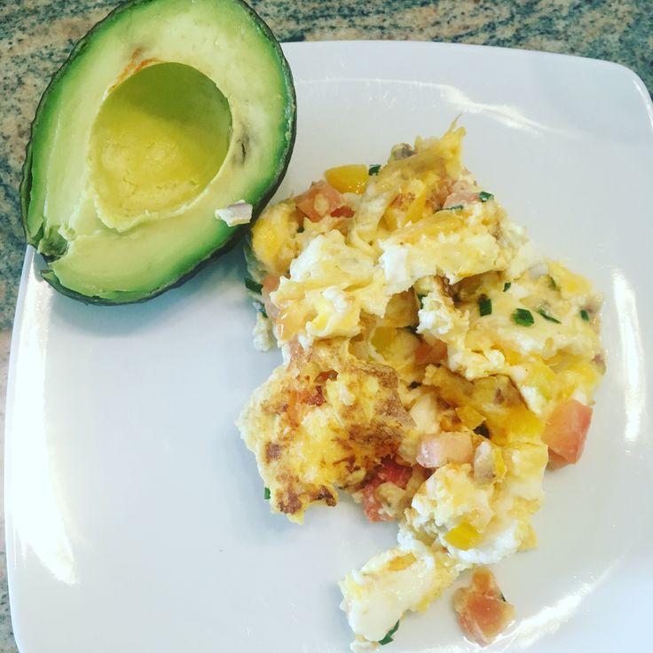 Frühstück ist der wichtige Start in den Tag. Bei uns gab es heute Rührei und Avocado.  ___________ #avocado #rührei #eier #ei #eiweiss  #vivafigura #Frühstück #protein #gesunderezepte #gesundernähren #Ernährung #ernährungsumstellung #lowcarb