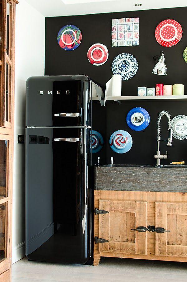 réfrigérateur SMEG noir sur mur noir, j'adore !