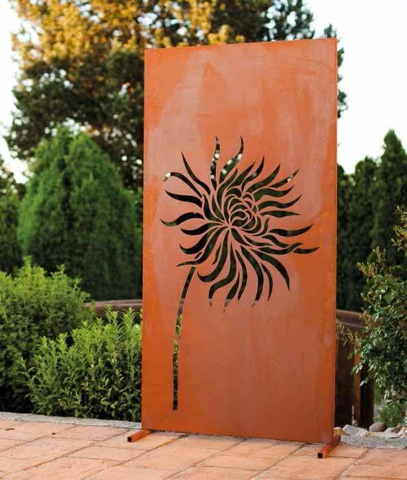 Edelrost Sichtschutzwand Löwenzahn Eine einzigartige Verschönerung Ihres Gartens oder Ihrer Terrasse. Die Blume Löwenzahn verleiht Ihrem Garten einen sommerlichen Touch, der auch im Winter die Gemüter erfreut. Die Sichtschutzwand wird mit Hilfe von zwei Stellfüßen aufgestellt, die im Lieferumfang enthalten sind. (Für diesen Artikel fällt einmalig ein Sperrgutzuschlag von 60,- € an) Größe: Höhe: 185 cm Breite: 95 cm Tiefe Stellfüße: ca. 50 - 60 cm Preis: 199,- €