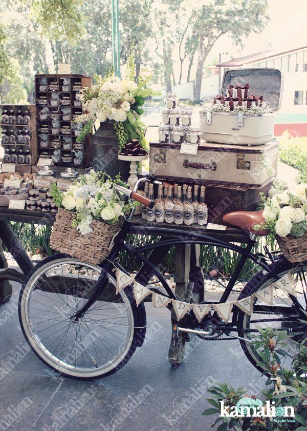 www.kamalion.com.mx - Mesa de Dulces / Candy Bar / Postres / Blanco / Crudo / Azul / Beige/ White / Vintage / Rustic Decor / Flores / Decoración / Bicicleta / Bike / Letrero / Canasta / Maletas.