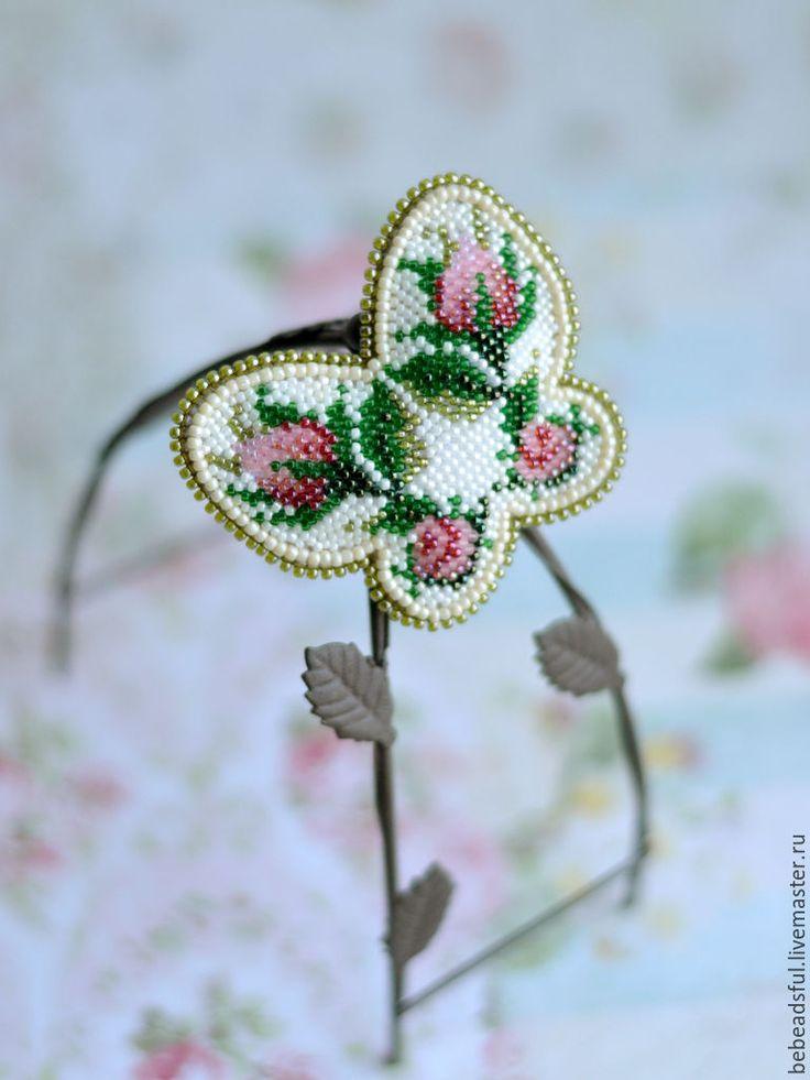 "Beaded brooch butterfly | Купить Вышитая бисером брошь ""Порхающий цветок - Бутоны роз"" - бежевый, бутоны роз"