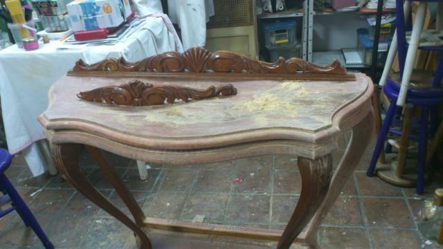 5 consejos para pintar muebles de madera paso a paso: Antes de pintar muebles, quita la pintura o barniz antiguo