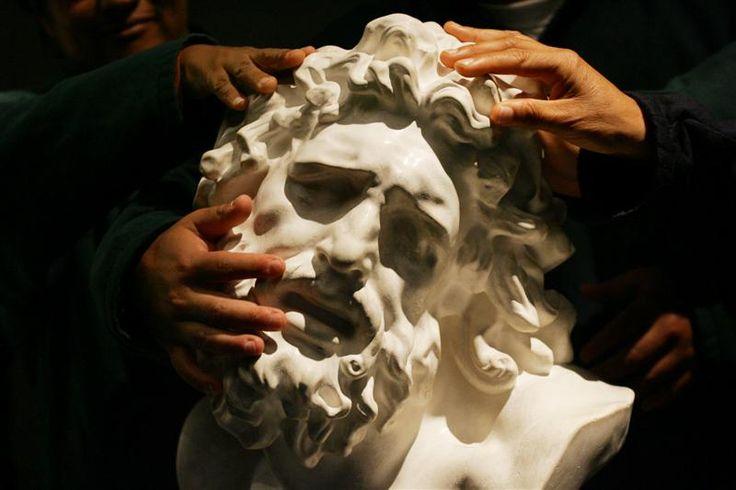 В прибрежном районе Афин, Каллифее, Обществом слепых Греции в 1984 году был открыт тактильный музей – один из оригинальных музеев Греции, где собраны точные копии известнейших шедевров древних скульпторов. Знакомства посетителей с экспонатами происходят только посредством прикосновения руками – так незрячие люди познают мир и все то, что его наполняет. Посетители знакомятся с копиями артефактов…