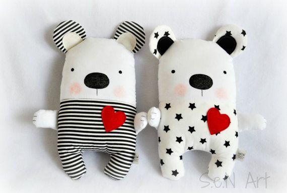 Este lindo hecho a mano blanco y negro oso de peluche suave con estrellas y corazón rojo está hecho de 100% algodón tejido y 100% fieltro de lana (corazón y las partes negro de orejas). Este peluche de oso de tela rellenas de polyeser de relleno y es de unos 28cm de alto (y oídos). Su rostro está pintado con rotulador de tela inofensivo salud. La misma tela de estrellas blancas y negras en la parte posterior. Puede ser también un regalo único para bebé o la bebé blanco y negro moderno…