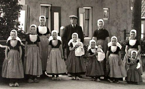 Gezin uit Meliskerke (Walcheren) met de kinderen in streekdracht. De vrouw des huizes is in de rouw, de man gaat gekleed in burgerkleding. Foto uit 1916 (Beeldbank Zeeland)