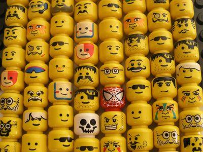 Têtes de lego avec petits pots bebe