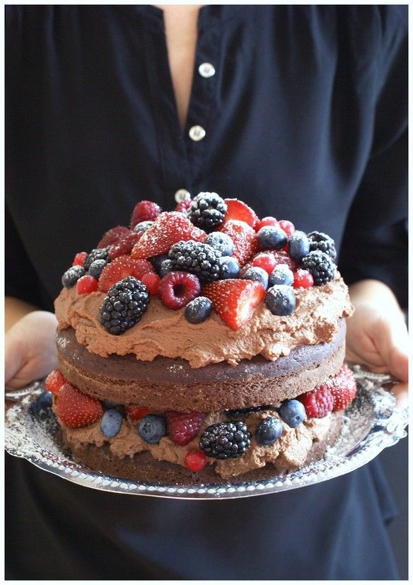 chocolate mascarpone cake with berries | complimenttothechef.com