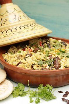 Proef 1001-nacht met deze heerlijke couscous van groente en worst uit de oven. Met verse kruiden zoals munt, koriander en peterselie! Recept op BonApetit.