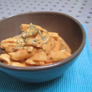 Poulet Strogonof : champignons, oignon, vin blanc, crème fraiche, sauce tomate, paprika, persil haché