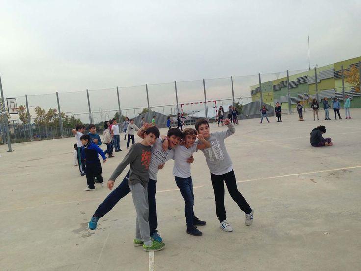 Este curso los alumnos del centro celebraron el día de los derechos del niño al aire libre practicando juegos en el patio del colegio.