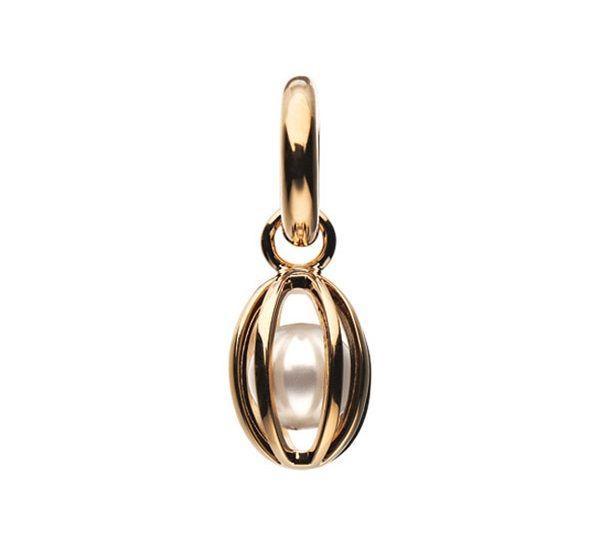 Elegant og utrolig flot STORY charm, der vil pynte på ethvert STORY armbånd. Vedhænget er lavet af forgyldt sølv og er designet, som det indespærer en smuk perle. #story #storycharm #storybykz #jewellery #smykker #kranzogziegler