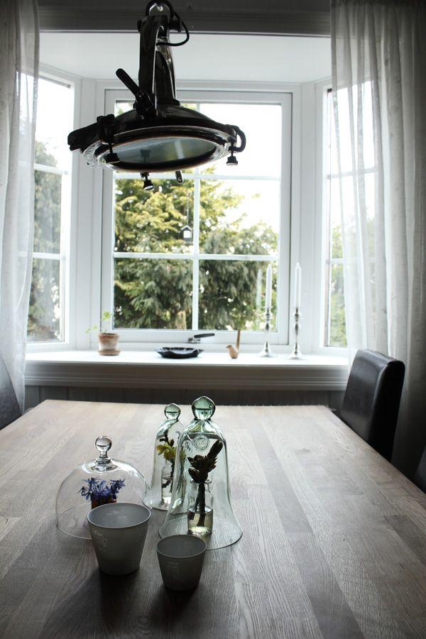 köksfönster, burspråk, glaskupor, på bordet i köket, kastanjekvist, blå blommor, industrilampa i köket