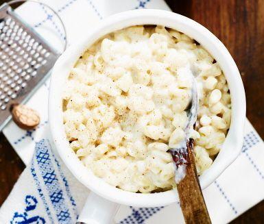 Stuvade makaroner är ett snabbt recept och gott till stekt falukorv eller köttbullar. Stuva makaronerna genom att hälla i dem i kokande mjölk och koka tills de är mjuka. Ingen redning behövs. Smaksätt stuvningen med svartpeppar, salt och muskotnöt. En middagsklassiker för hela familjen.