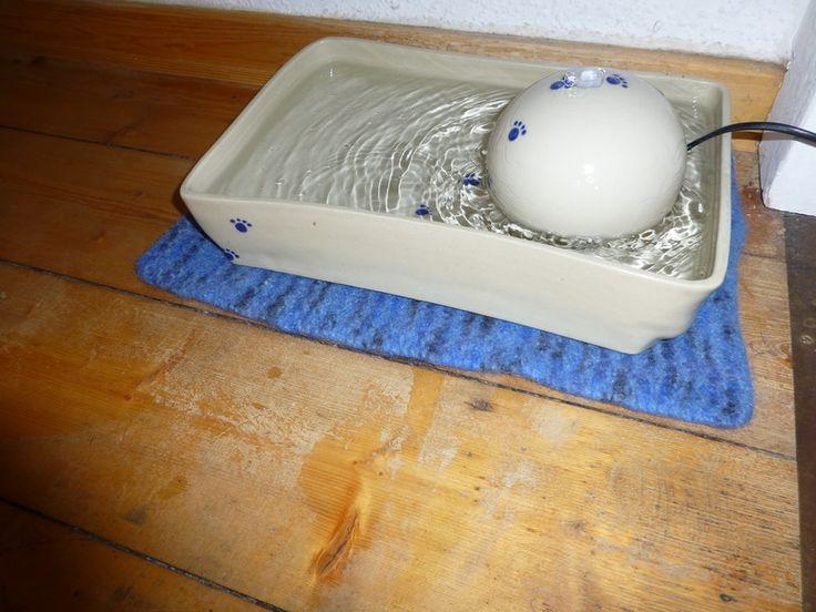 gehäkelte und gefilzte Katzenbrunnen Unterlage  (der Brunnen ist von Keramik im Hof) crochet and felted rug für cat fontains #diy #katze #cat #Filz #felted