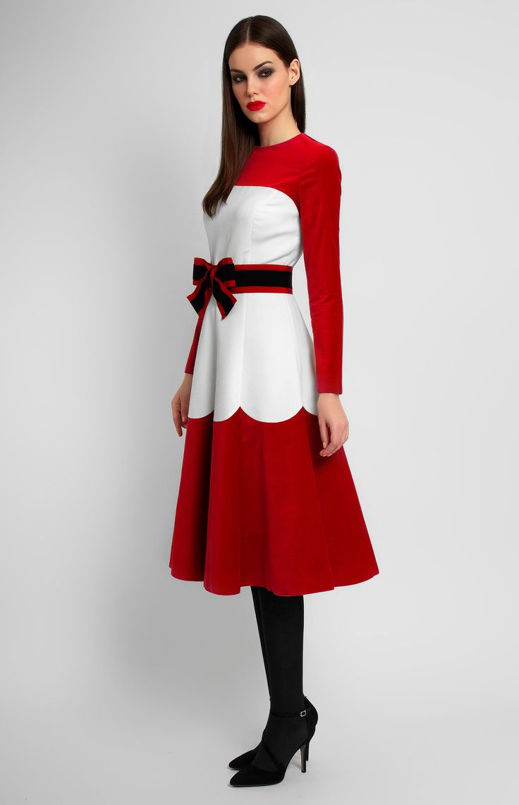 Combined long-sleeve white and red velvet dress. Round neck. Detachable belt with a designer handmade bow. Hidden back zip closure. Without pockets.