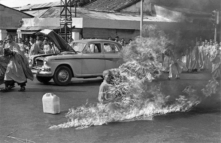 """Vietnam del Sur - 10 junio 1963: La frase """"se quemó a lo bonzo"""" nace con esta imagen. Es el monje budista de la secta bonzo, Thich Quang Duc, que protestó por la sangrienta represión que el gobierno survietnamita -encabezado por Ngo Dinh Diem, católico- ejercía contra los budistas. La foto fue tomada por Malcolm Browne. Su relato es el siguiente: """"Mientras se quemaba nunca movió un músculo, nunca pronunció un sonido, su compostura contrastaba con los lamentos de las personas a su alrededor""""."""