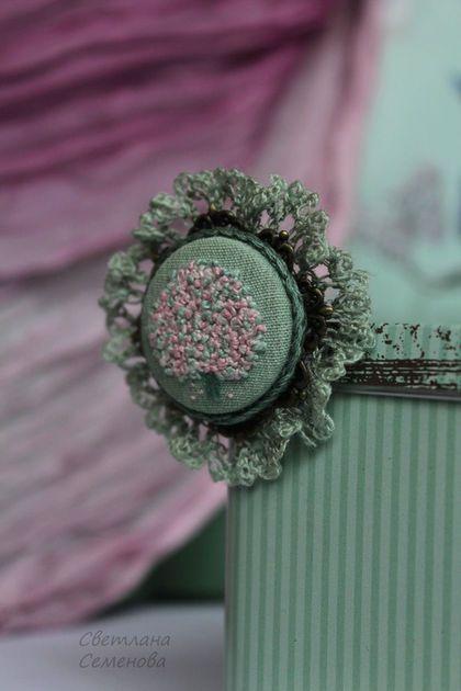 Embroidery brooch / Броши ручной работы. Ярмарка Мастеров - ручная работа. Купить Брошь Яблони в цвету. Handmade. Брошь вышитая, мини брошь
