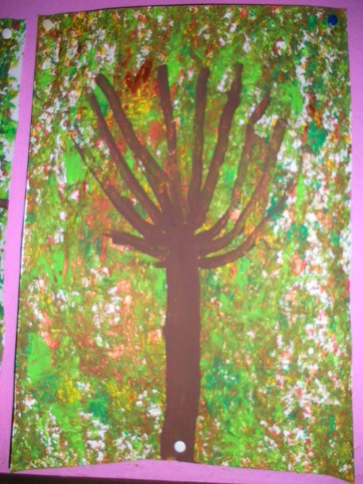 Het bos: achtergrond met kastanjes beschilderen in de herfstkleuren, als alles droog is met een dik penseel en bruine verf de stam schilderen, met een fijn penseel de takken *liestr*