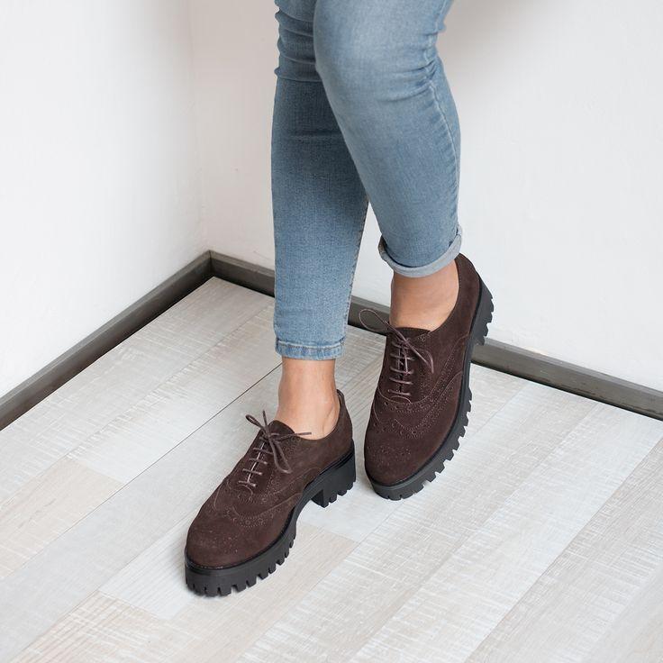 Zapato realizado en ante y cierre de cordones con ojales ciegos. Detalle de picados y tacón ancho para mayor comodidad.