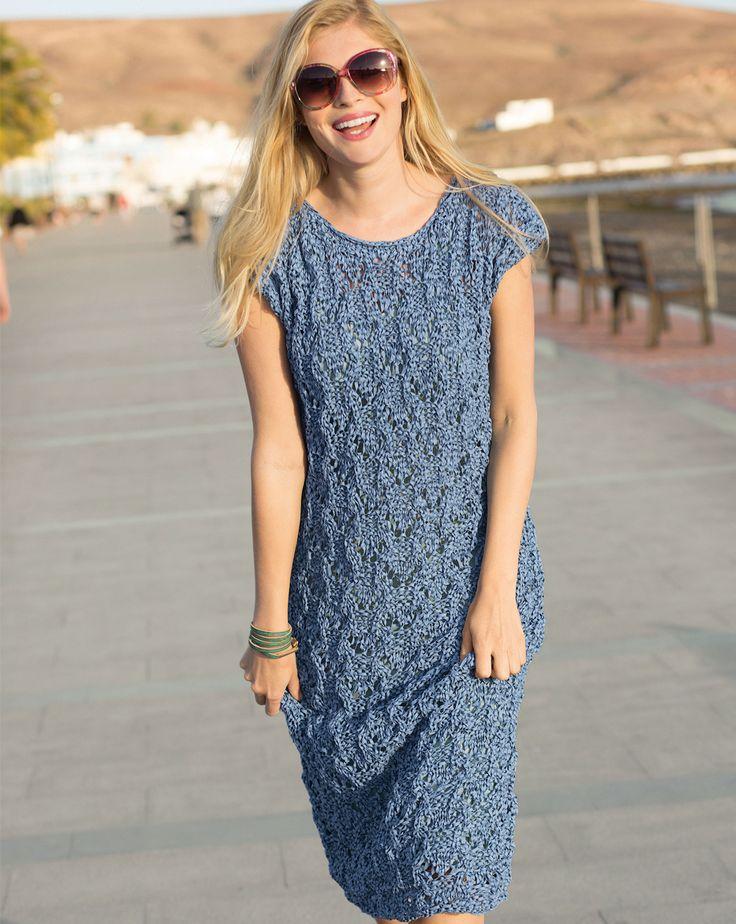 Синее платье с ажурным узором