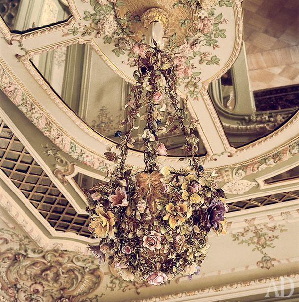 Потолок в Туалетной княгини. Люстра в виде корзины с цветами изфарфора и бронзы. Западная Европа, конец XIXвека.