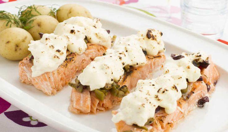 Goda och snabblagade portionsbitar av lax med fetaost och hacke oliver. Servera med kokt eller pressad potatis.