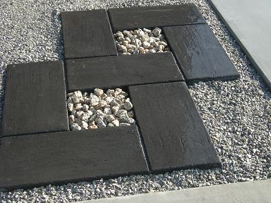 もりのえんそうかい 楽喜庭(がっきてい) Ⅱ:飛び石風アプローチ 色は白黒2種類ありますが、ナチュラルブラックという黒い物を使いましたコンクリート製ですが、石っぽい商品です隙間には大きめの伊勢砂利を入れてみました