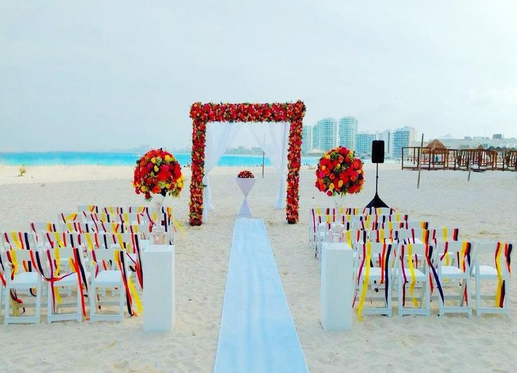 Ceremonia de boda con colores brillantes mexicanos,flores, pasillo , gazebo, bodas de destino de Instagram de LOVE MEMORIES WEDDINGS (@lovememories_weddings)
