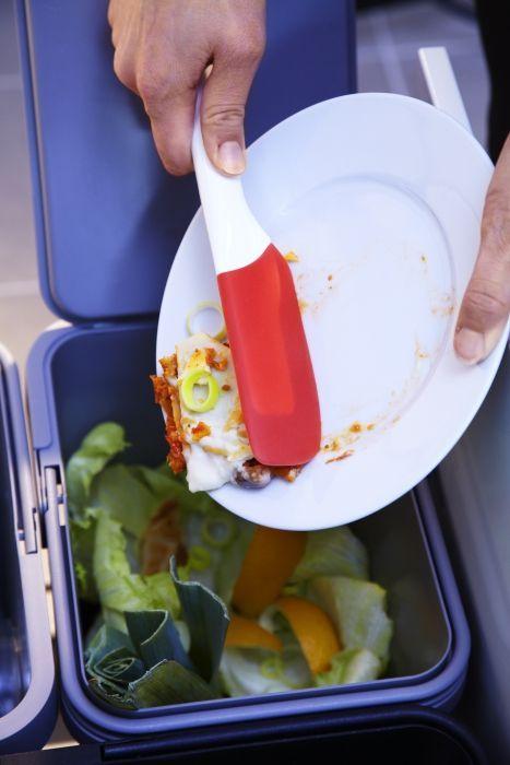 Em vez de passarem os pratos por água, tenham uma espátula sempre por perto: ajuda a retirar os restos de comida, de forma sustentável.
