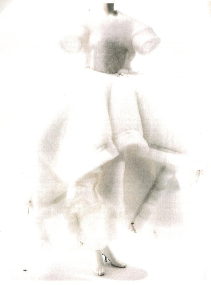 Robe de mariée Rei Kawakubo pour Comme des garçons (aut-hiv 1990). Robe blanche en ouatine synthétique, coulissage élastiqué par des oeillets métalliques à la taille et sur certains côtés.