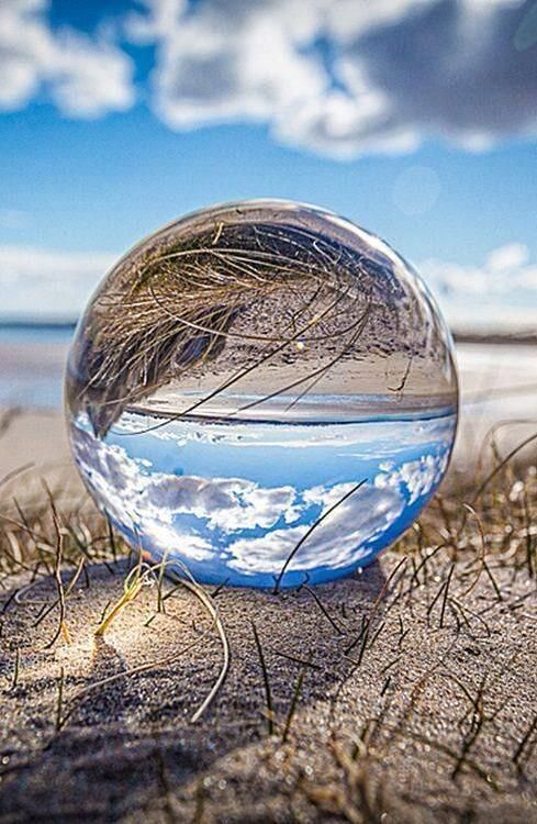 Reflection Glass Ball .. Sieht einfach umwerfend aus. #Stunning #glass #ball #Reflection #Sky #clouds #Fotografie