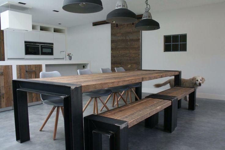 Prachtige keuken! RUW realiseerde hier een hele stoere tafel met bijpassende bankjes, ook de schuifdeur en enkele lade frontjes werden door RUW gemaakt.  Www.ruw-meubelen.nl