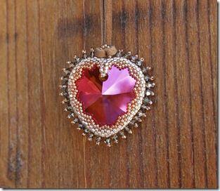 Swarovski Beaded Heart Pendant - Video-Tutorial @ https://www.youtube.com/watch?v=74RyrMsXnIc